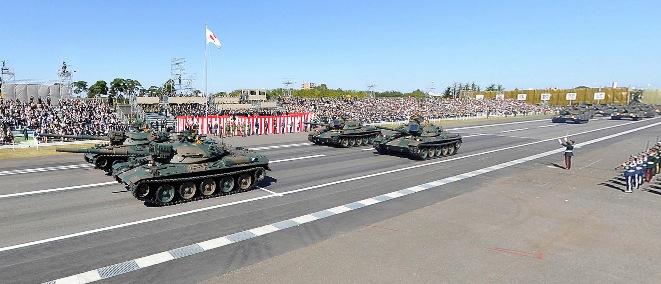 戦車など約240両が行進 自衛隊観閲式のパノラマビュー